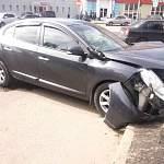 В Великом Новгороде двое водителей не разъехались на «жёлтый» и устроили ДТП у «Волны»