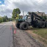 В Новгородском районе трактор переехал своего владельца и врезался в дом