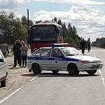 В Новгородской области автомобиль насмерть сбил девушку на остановке