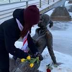 Новгородцы признались в любви бронзовой девушке-туристке