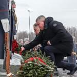 Александр Дронов и Вячеслав Петушенко возложили цветы к памятнику «Погибшим при защите Отечества»