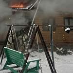 Пестовские пожарные спасли женщину из горящего дома на улице Флотской